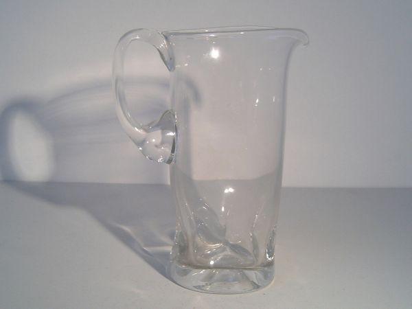 Große Glaskanne mit eingezogener Wandung