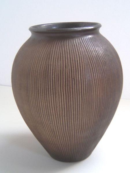 Bauchige Vase mit Kammzug-Relief