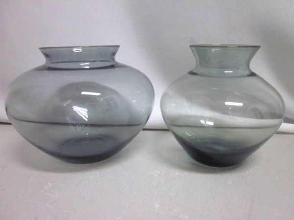 2 Wagenfeld Vasen aus dünnwandigem Kristall blaugrau & turmalin